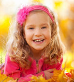 Happy girl in autumn park — Stock Photo