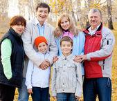 Famiglia nel parco d'autunno — Foto Stock