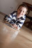 Мальчик reeding книги — Стоковое фото