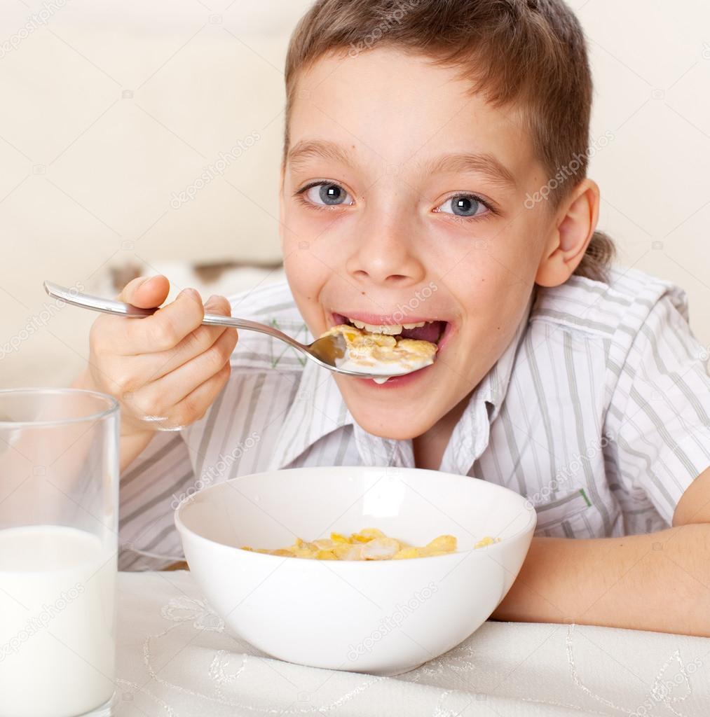 儿童吃早餐 — 图库照片
