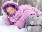 Happy girl in winter park — Stockfoto