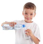 グラスに水を注いで子 — ストック写真