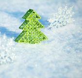 雪の上のクリスマス ツリー — ストック写真