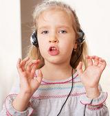 Sjunger litet barn — Stockfoto