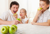 Family with apples — Stock Photo
