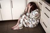 Adulta mulher sentada no chão a chorar — Foto Stock