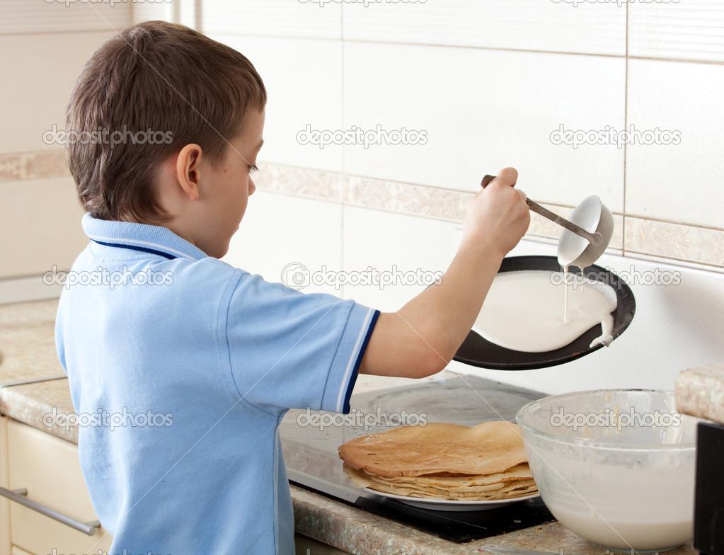 Niño Preparando El Desayuno