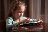 Enfant jouant sur tablette — Photo