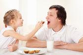 Kind met de vader hebben een ontbijt — Stockfoto