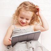 タブレット コンピューターと赤ちゃん — ストック写真