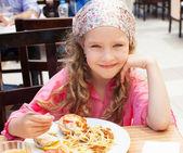 ребенок ест в кафе — Стоковое фото