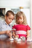 Děti se zvažuje zvětšovací sklo sbírku kamenů — Stock fotografie