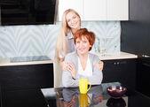 Kobieta z córką na kuchni — Zdjęcie stockowe