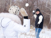 Couple playing snowball — Stock Photo