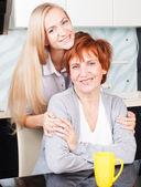 žena s dcerou v kuchyni — Stock fotografie
