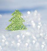 Vánoční strom na sněhu — Stock fotografie
