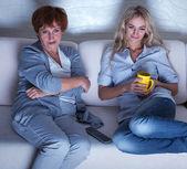 Televizyon izlerken yetişkin kızı annesiyle — Stok fotoğraf
