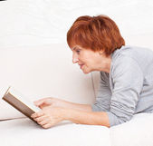 Adult woman reading book — Stock Photo