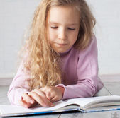 Child reading book — Stock Photo