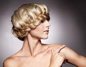 Vacker kvinna med snygg frisyr — Stock fotografie