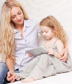 мать и дочь с планшета на диван — Стоковое фото