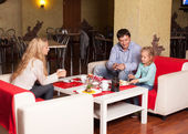 Family in cafe — Stock Photo