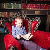 Livro de leitura do menino — Fotografia Stock