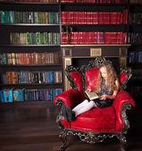 девушка чтение книга — Стоковое фото