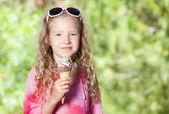 Dívka se zmrzlinou — Stock fotografie