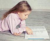 Livro de leitura da criança — Foto Stock