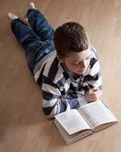 男孩英语阅读中书 — 图库照片