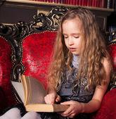 Libro di lettura ragazzo — Foto Stock
