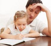 宿題をやって父助力娘 — ストック写真