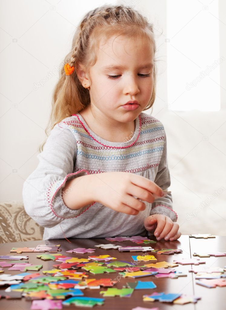小女孩玩益智游戏 在蓝色背景