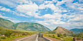 Road runs through the valley between the mountains — Stock Photo