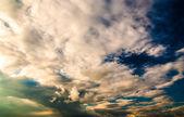 Dramatischer himmel und wolken bei sonnenuntergang — Stockfoto