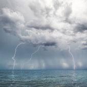 Bliksem en onweer boven zee — Stockfoto