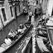 Life in Venice, Italy (travelling by gondolas with gondoliers),  — Stock Photo