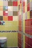 Frammento di un semplice bagno con pareti multicolore — Foto Stock