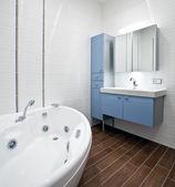 Новая современная ванная комната — Стоковое фото