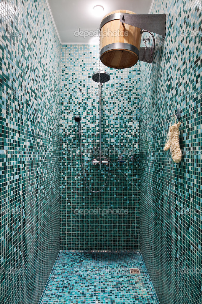 Bagno con doccia con mosaico blu nella sauna foto stock - Mosaico blu bagno ...