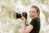 摄像机上的微笑着年轻女子照片。 — 图库照片