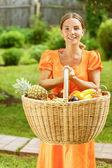 年轻女子篮的水果和蔬菜 — 图库照片