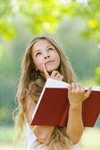 Nastolatka czerwony czytanie książki — Zdjęcie stockowe