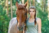 若い女性のクローズ アップは馬 — ストック写真
