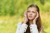 Joven hermosa mujer me duele la cabeza — Foto de Stock