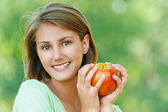 Smiling beautiful young woman with apple — Stock Photo