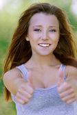 Mulher jovem sorridente, mostrando o gesto — Foto Stock