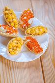 Tartellette con mais e caviale rosso — Foto Stock
