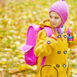 Foto Stock: Little girl with pink backpack goes to school